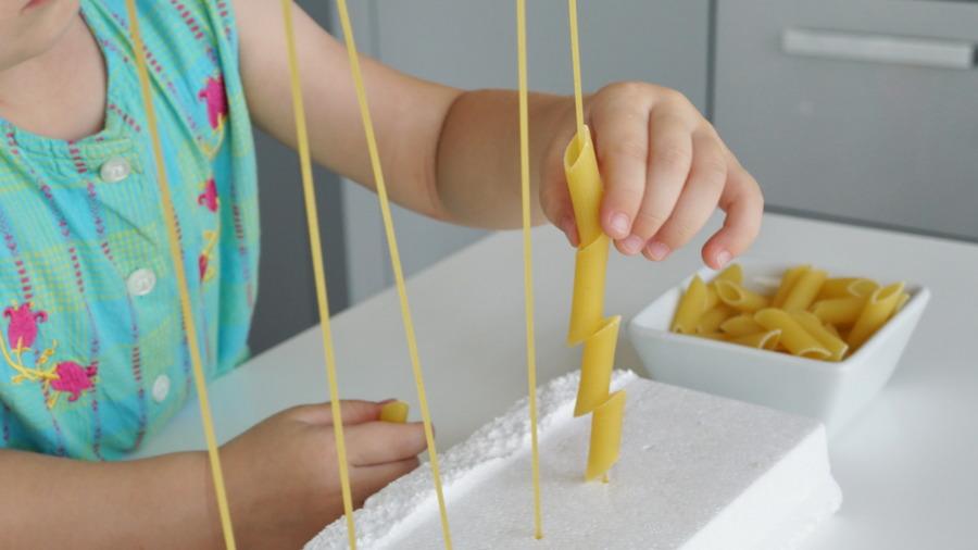 Makaronowa zabawa #1 – ćwiczymy małe paluszki