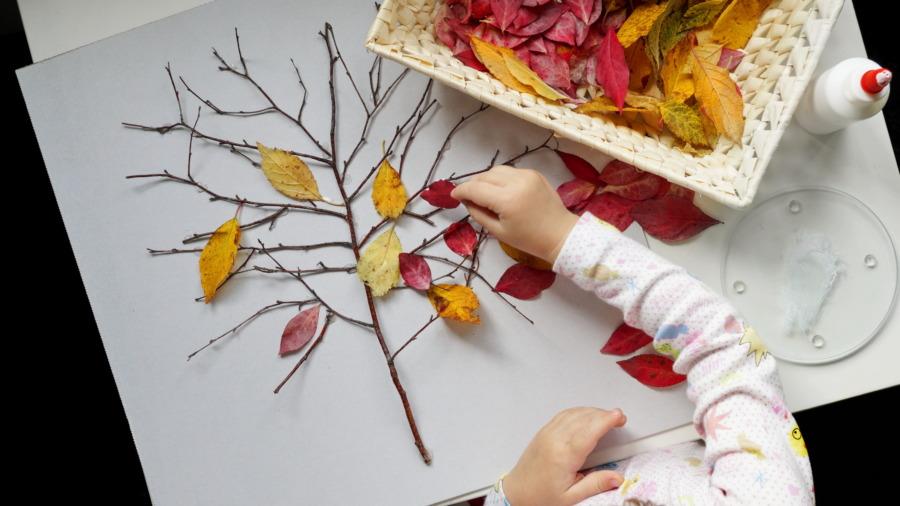 Jesienne drzewko – małe rączki kleją